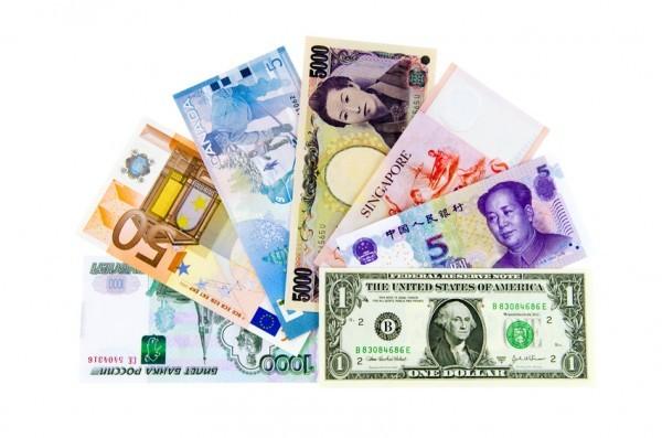 Ein Fächer mit Banknoten verschiedener Länder